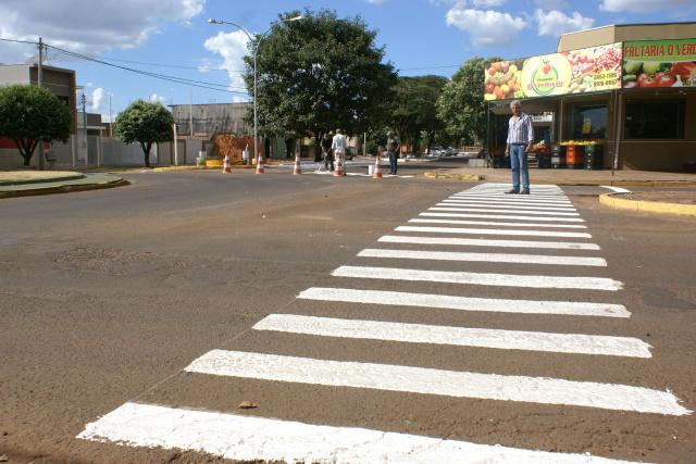 Prefeito Mário Valério vistoria serviços de pintura de faixas de passagem de pedestres na cidade de Caarapó. - Crédito: Foto:  Dilermano Alves