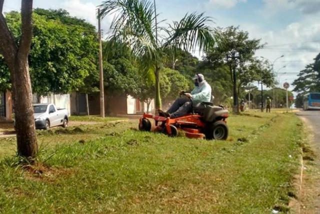 Máquina adquirida pela Prefeitura agiliza serviços de limpeza. - Crédito: Foto: Assessoria