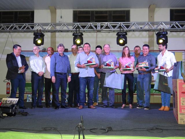 Ganhadores do concurso com as autoridades no evento. - Crédito: Foto: Divulgação