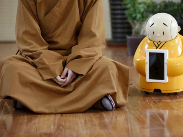O robô budista Xian'er ao lado do mestre Xianfan no templo de Longquan - Crédito: Foto: Kim Kyung-Hoon/Reuters/Divulgação