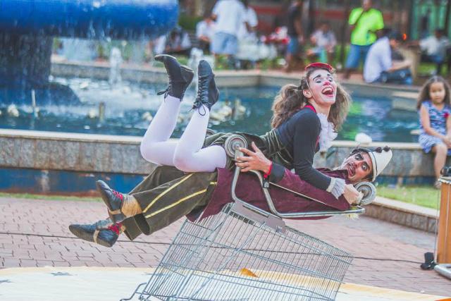 """Peça """"Columpio"""" arranca risada do povo na praça Ary Coelho. - Crédito: Foto: Helton Perez – Vaca Azul"""