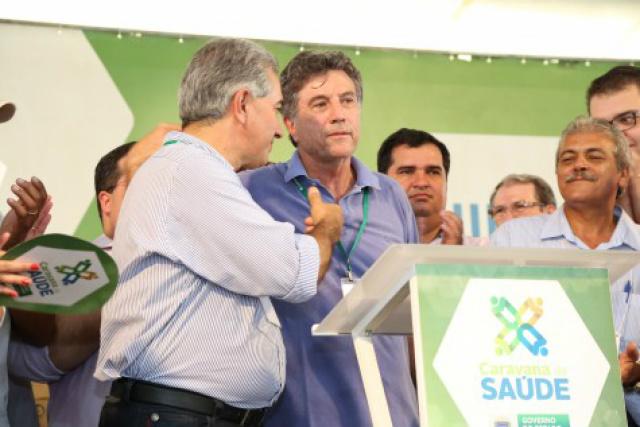 Governador, ao lado do prefeito Murilo, fala do pacto por Dourados e dos investimentos previstos no município. - Crédito: Foto: A. Frota/Assecom