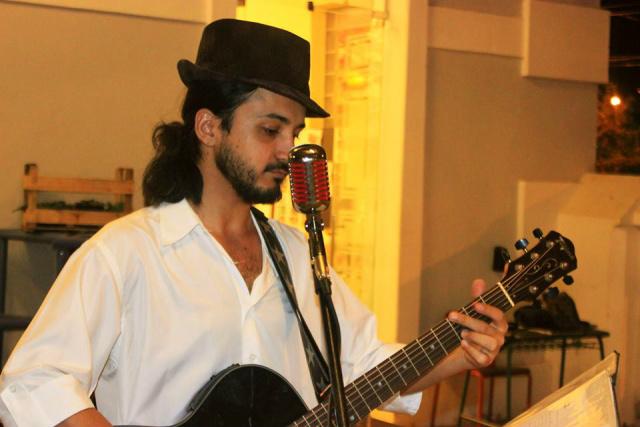 Cantor Jimmy Andrews tem como principais influências o folk-rock e a polca-rock. - Crédito: Foto: Divulgação