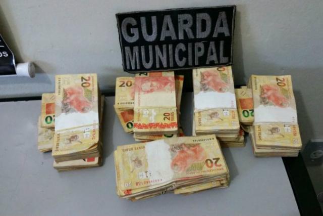 Dinheiro foi apreendido; mulher teria encontrado o acusado por meio de rede social e o abrigou em casa. - Crédito: Foto: 94 FM