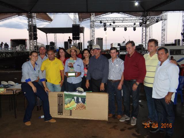 Almir Batista ganhou a categoria Municipal com 7.112 vagens, na foto com as autoridades presentes no evento. - Crédito: Foto: Simone Burin