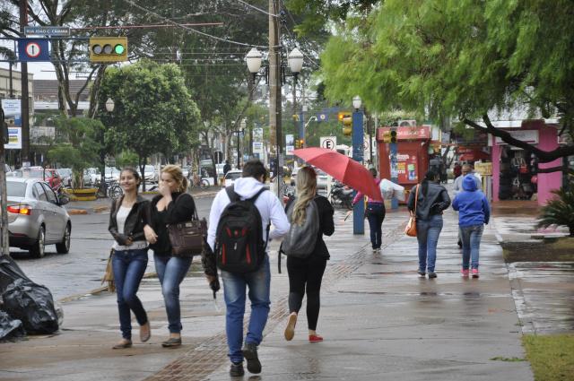 População enfrentou frio e chuva ontem e a previsão é de temperaturas baixas esta semana. - Crédito: Foto: Hedio Fazan