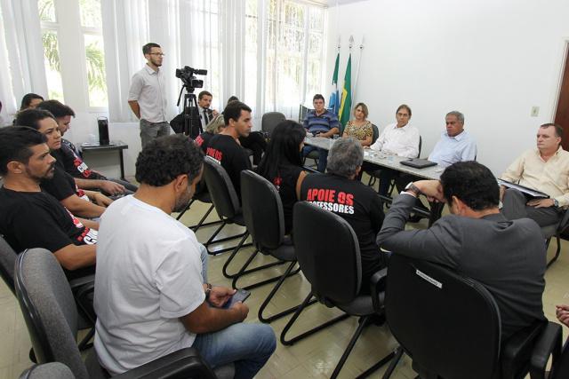 Uma das reuniões dos professores da Rede Municipal com o prefeito Alcides Bernal e equipe para tratar de reposição salarial. - Crédito: Foto: Arquivo