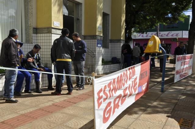 Em Dourados servidores paralisaram 70% das atividades ontem em dia de protesto nacional. - Crédito: Foto: Hedio Fazan