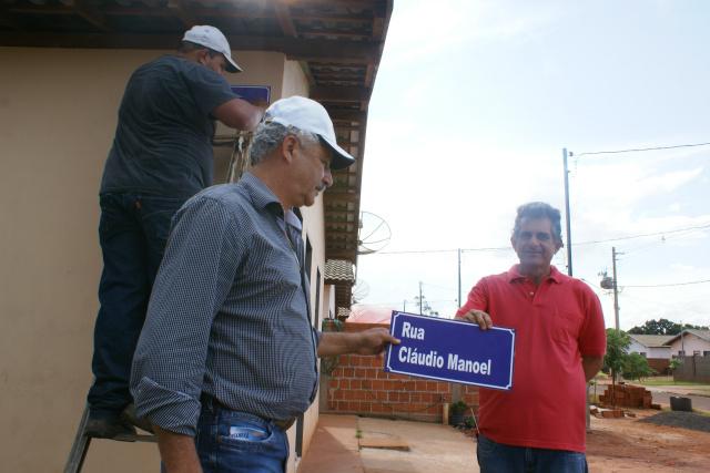 Prefeito e o chefe do Demtrat durante a instalação de placas com indicação de nomes de ruas. - Crédito: Foto:  Dilermano Alves