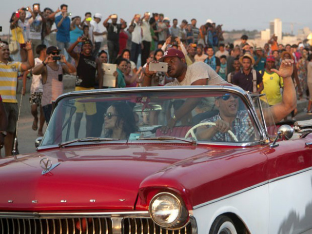 Michelle Rodriguez e Vin Diesel gravam cena de 'Velozes e Furiosos 8' em Havana nesta quinta-feira - Crédito: Foto: Fernando Medina/AP