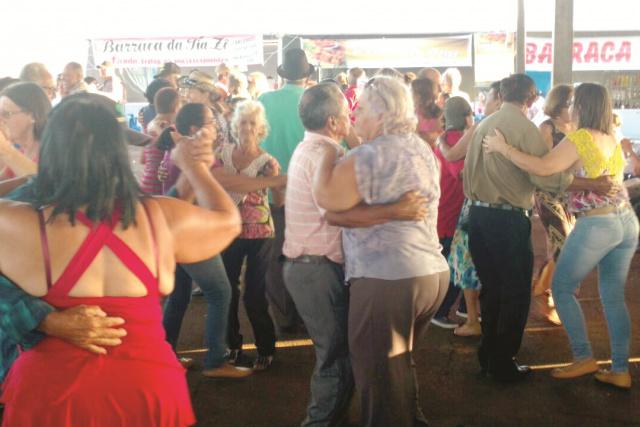 Idosos participam do baile realizado durante a festa. - Crédito: Foto: Divulgação