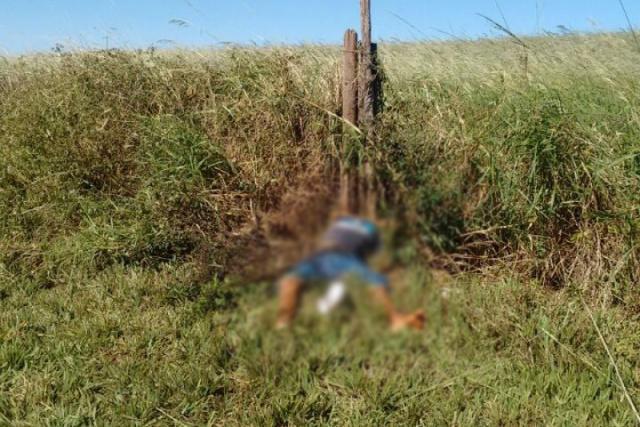 Polícia encontrou corpo na cerca de uma chácara no bairro Santo Antônio, em Caarapó, após denúncia. - Crédito: Foto: Divulgação