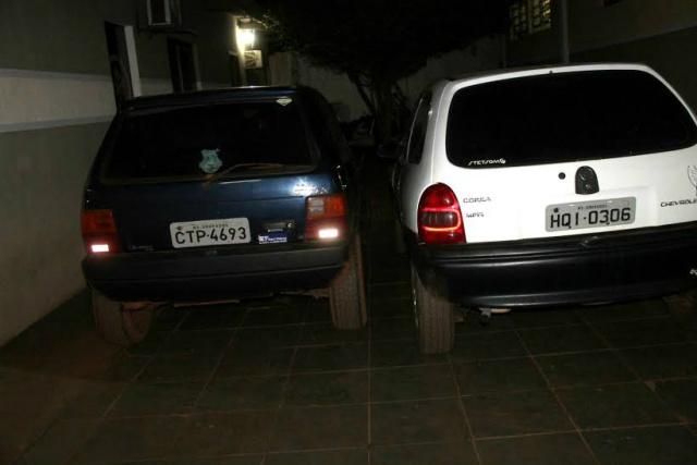 Carros apreendidos usados pelo grupo para irem ao Paraguai. - Crédito: Foto: Divulgação/DOF