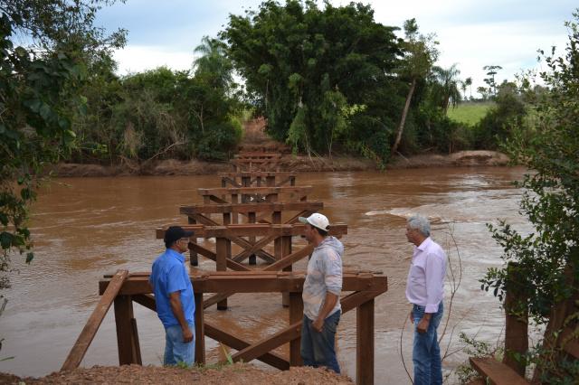 Ponte sobre o Rio Amambai ficou destruída; prefeito Mário Valério voltou a visitar o local para reavaliar situação. - Crédito: Foto: Adair Terra