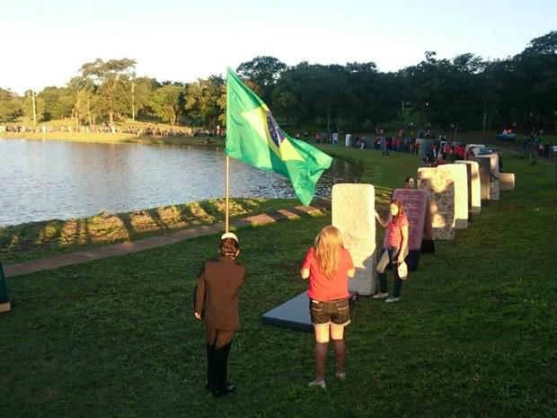 Grupo se reuniu em volta do lago do Parque das Nações Indígenas - Crédito: Foto: Rodrigo Grando/TV Morena
