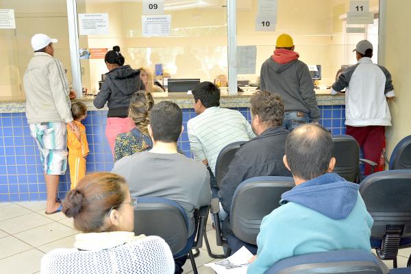O eleitor deve se dirigir ao local de atendimento tendo em mãos cópia e original de um documento pessoal com foto -