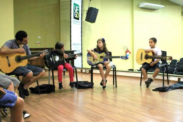 Aulas de violão estão sendo oferecidas gratuitamente na UFGD. - Crédito: Foto: Divulgação
