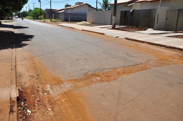 População reclama na Prefeitura de intervenções mal fechadas pela Sanesul em Dourados. - Crédito: Foto: A. Frota/Assecom