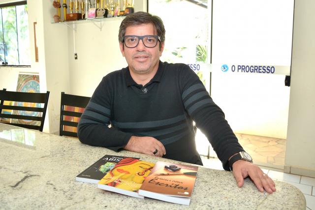 """Davi Roballo é autor de """"Malditos Versos Mal Ditos"""", Versos do Abismo"""" e """"Ensaios e Outros Escritos. - Crédito: Foto: Marcos Ribeiro"""