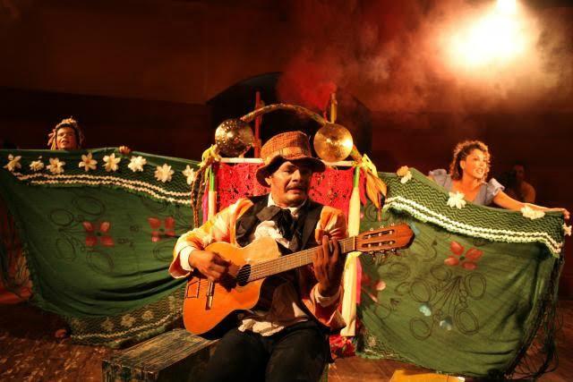 Espetáculo começa com um sonho de Pedoca, personagem encenado por Lauande Aires, em que ele se vê em uma carroça puxada por um burro. - Crédito: Foto: Divulgação