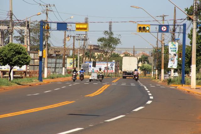 Rua passa por revitalização da sinalização e torna-se uma das mais bonitas entradas de Dourados. - Crédito: Foto: A. Frota