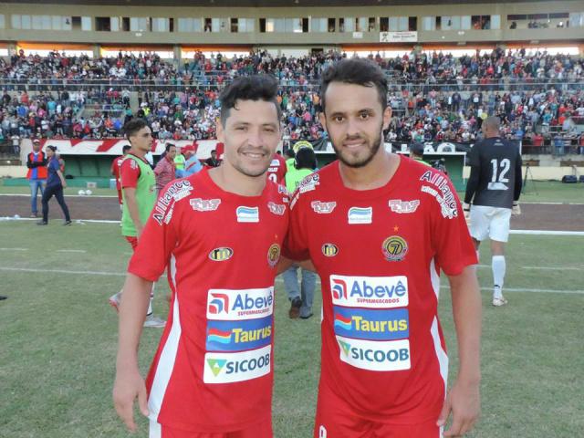Dupla de douradenses do meio de campo atuaram juntos no jogo de domingo passado no Douradão. - Crédito: Foto: Divulgação