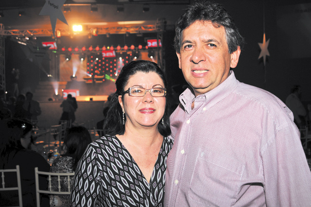 À Dejair Martins Pires, nossos parabéns e votos de felicidades pelo seu aniversário comemorado hoje. Na foto, com sua simpática esposa, Rosa Martins. -