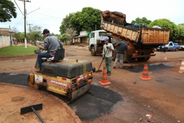 Equipe trabalha na região do Parque das Nações II para recuperar as ruas danificadas pelas chuvas. - Crédito: divulgação/A. Frota
