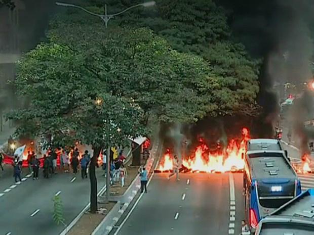 Protesto fecha as duas pistas da avenida 23 de Maio, no centro de São Paulo - Crédito: Foto: Reprodução/TV Globo
