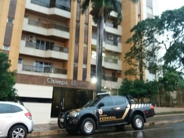 Policiais federais no prédio onde mora o ex-governador de MS - Crédito: Foto: Gabriela Pavão/ G1 MS