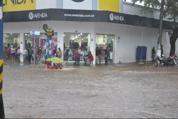 Chuvas alagam área central. Foto: Hédio Fazan -