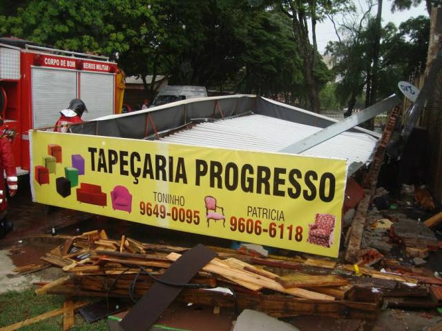 Marquise desabou na tarde desta terça-feira. Foto: Cido Costa/DouradosAgora -