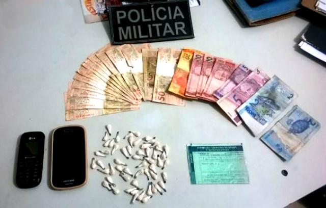 Em Itaporã, 55 papelotes de cocaína, dinheiro e petrechos, além de um veículo foram apreendidos. - Crédito: Foto: Divulgação/PM