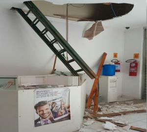 Autora quebrou teto e invadiu a loja levando aparelhos celulares. - Crédito: Foto: Divulgação