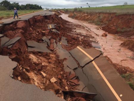 MS-180, em Iguatemi, quase foi engolida pelas águas  - Crédito: Foto: Martim Andrada/ TV Morena