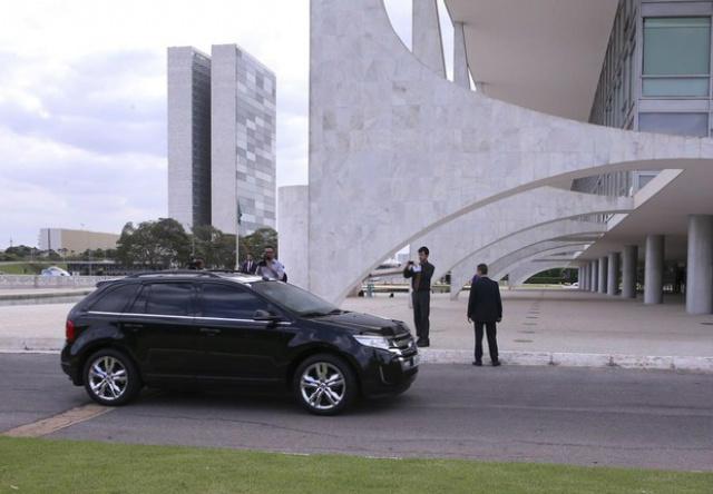 No momento da chegada, fotógrafos tentaram correr para fazer imagens na garagem e depois foram barrados pelos seguranças da presidência - Crédito: Foto: Agência Brasil