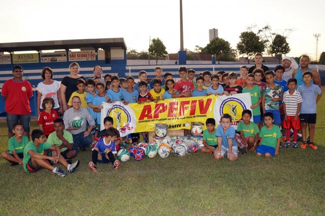 Mais de duzentas crianças e adolescentes participam do projeto de futebol de campo em Ivinhema. - Crédito: Foto: Paulo César