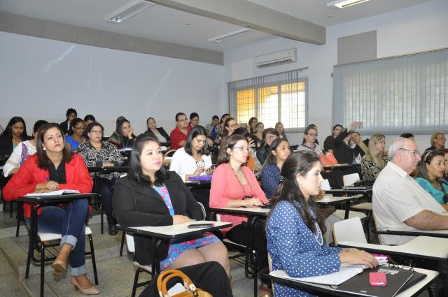 Educadores participam de seminário sobre a Base Nacional Comum Curricular realizado na Unidade II da UFGD. - Crédito: Foto: Hedio Fazan
