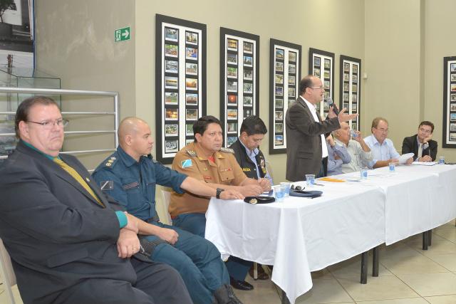 Reunião no fim da tarde de sexta-feira ocorreu no saguão do auditório da Aced em Dourados. - Crédito: Foto: Marcos Ribeiro