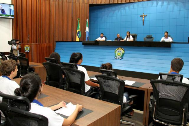 Os estudantes apresentam projetos, que podem ser apadrinhados pelos deputados estaduais. - Crédito: Agência ALMS/Wagner Guimarães
