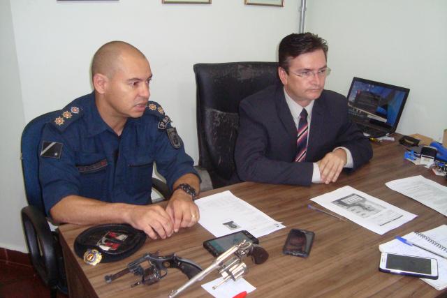 Coronel Carlos Silva e delegado Regional Lupersio Degerone concederam entrevista coletiva para dar detalhes do crime ocorrido na sexta. - Crédito: Foto: Cido Costa/Dourados Agora