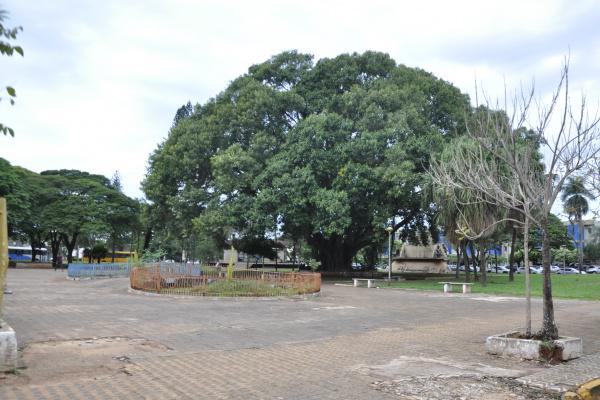 Praça se encontra deteriorada. Foto: Hédio Fazan -