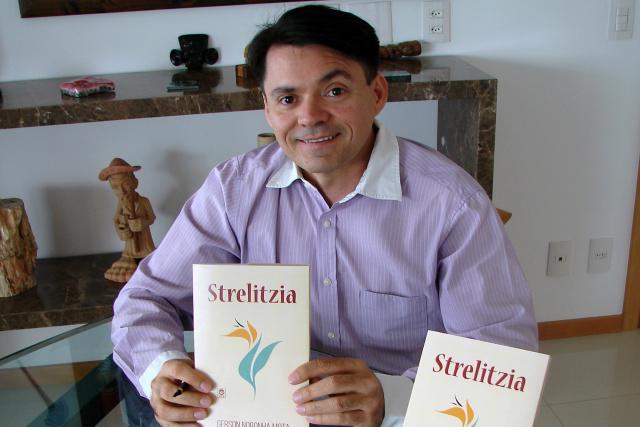 """""""Strelitzia"""" é uma obra de poesia escrita por Gerson Noronha Mota e fala sobre o amor sem ser piegas. - Crédito: Foto: Raquel de Souza"""