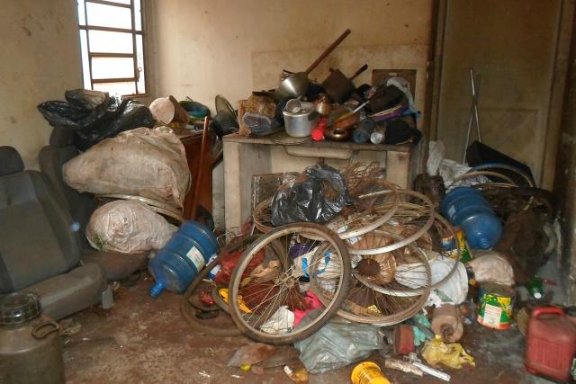 Na semana passada Semsur e CCZ realizam limpeza em mais uma residência de Dourados com lixo acumulado em bairro da periferia. - Crédito: Foto: Divulgação
