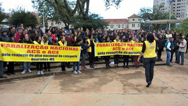 Com o salário congelado há três anos, agentes protestam na praça. - Crédito: Foto: Carlos Buckholz/ O Progresso