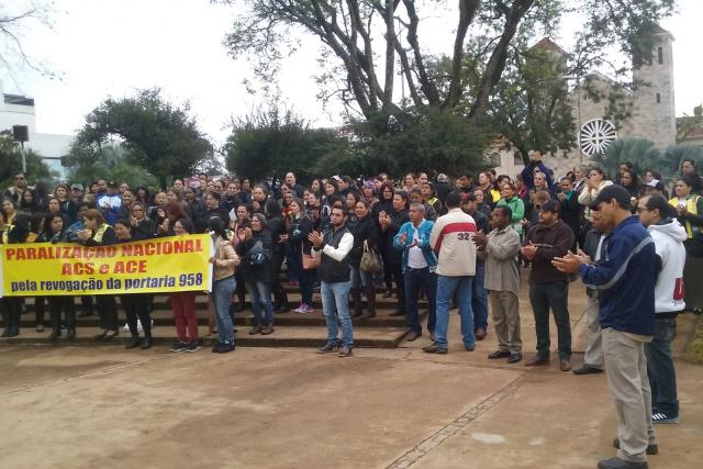 Agentes  comunitários de saúde e de endemias em protesto ontem na Praça Antônio João; eles repudiam ato de Dilma Rousseff. - Crédito: Foto: Cido Costa/Douradosagora