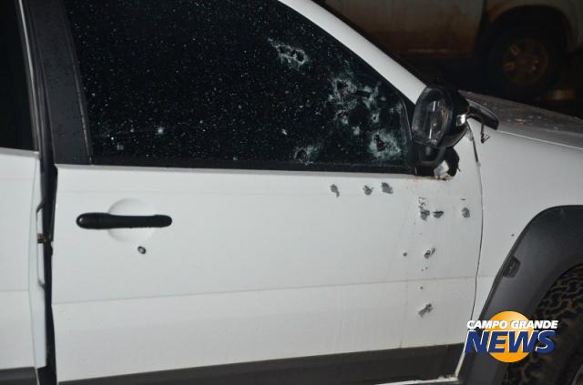 Imagem mostra marcas de tiros na lataria do veículo. - Crédito: Foto: Porã News