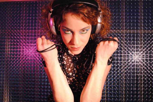 Karina Bhur tem várias participações em trilhas, dança e peças. - Crédito: Foto: Divulgação