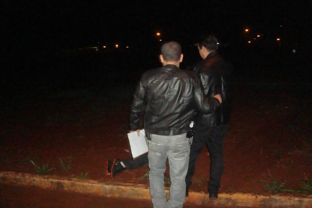 Homem foi deixado na rua e, ferido com 9 golpes de faca nas costas e outros 5 no peito, acabou morrendo. - Crédito: Foto: Cido Costa/Dourados Agora