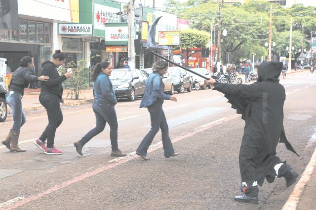 Vida e Morte estavam nas ruas para conscientizar a população sobre o uso da faixa de pedestres. - Crédito: Foto: A. Frota